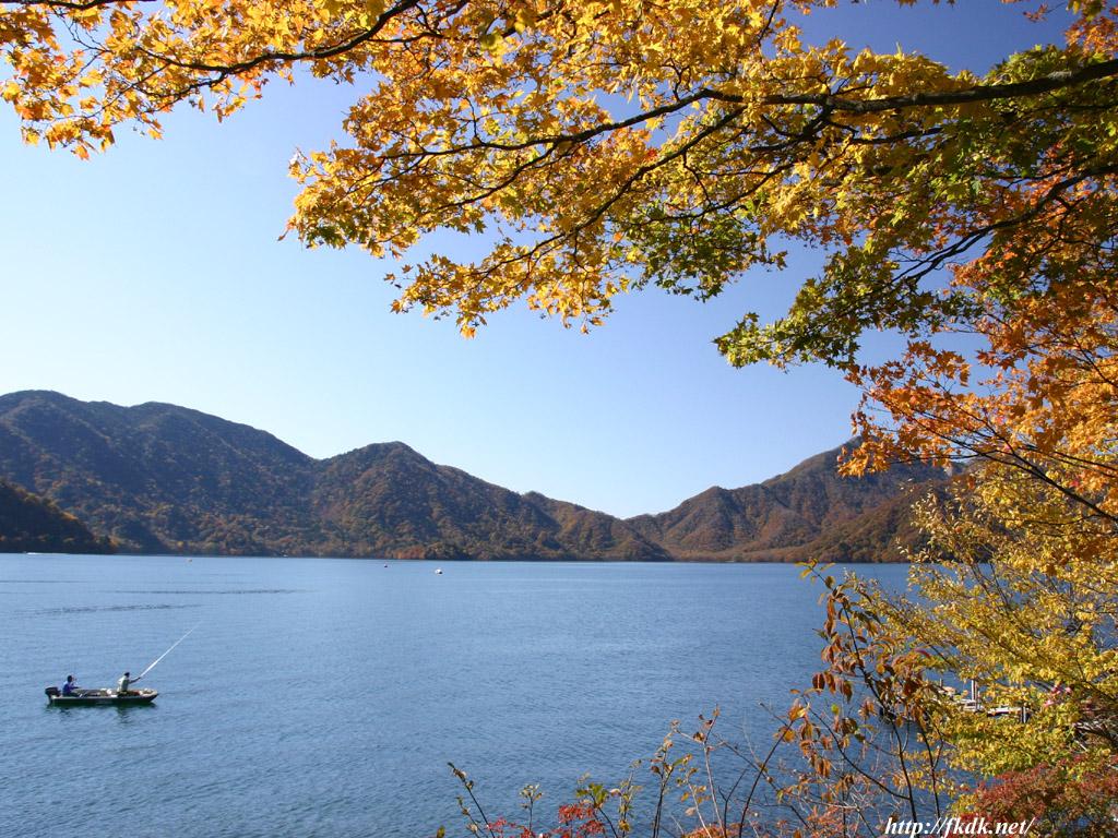 中禅寺湖と紅葉