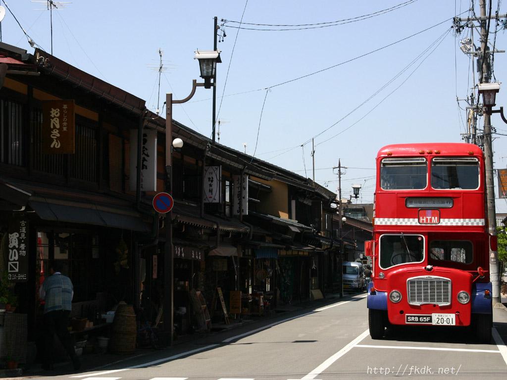 高山の古い街並みと2階建てバス