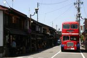 高山の古い街並みと2階建てバスの壁紙