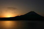 本栖湖からの富士山と朝日の壁紙