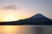 本栖湖の夜明けの壁紙