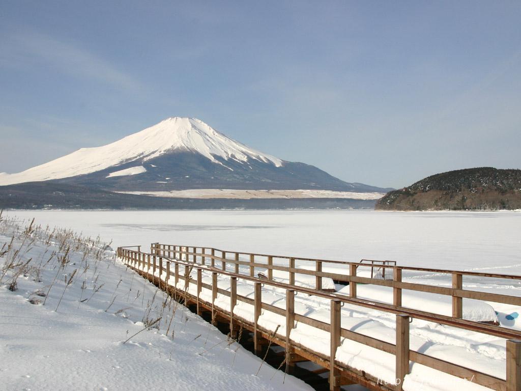 凍結した山中湖と富士山