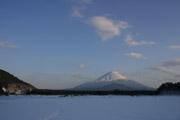 凍った精進湖の壁紙