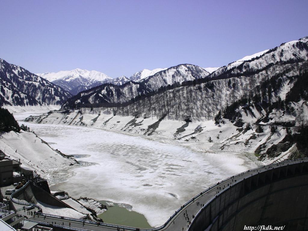 凍った黒部ダム