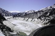 凍った黒部ダムの壁紙