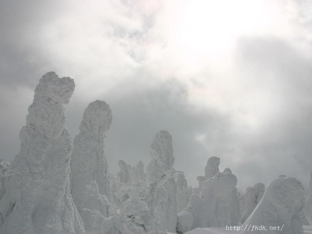 樹氷と輝く雲