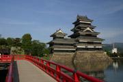 松本城と赤い橋の壁紙