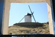 小窓からの風車の壁紙