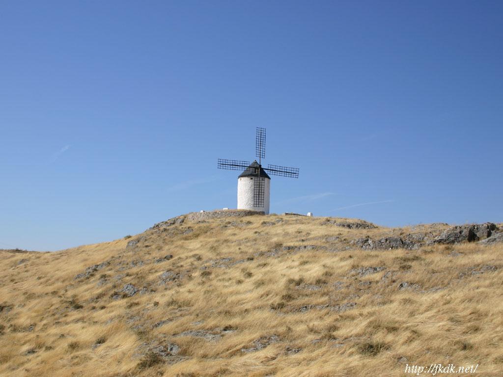 丘の上に建つ風車