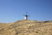 丘の上に建つ風車の壁紙
